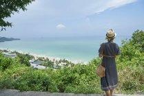 Rückansicht einer jungen Frau gegen eine Luftaufnahme von Koh Chang, Thailand — Stockfoto