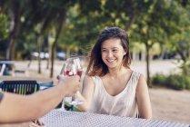 Молода пара з датою в кафе з напоєм — стокове фото
