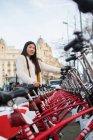 Jeune Chinoise louant un vélo à Barcelone — Photo de stock