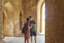 Jovem casal viajando dentro do antigo templo, pagode, Bagan, Myanmar — Fotografia de Stock