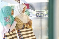 Pretty women in Hijabs shopping in Raffles Place, Singapore — Stock Photo