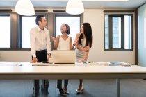 Giovani asiatici che lavorano insieme in ufficio moderno — Foto stock