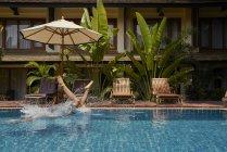Jeune homme plongeant dans la piscine — Photo de stock