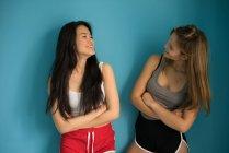 Китаянка веселится с другом, смотрящим друг на друга . — стоковое фото