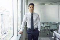 Joven empresario de éxito trabajando en oficina moderna - foto de stock