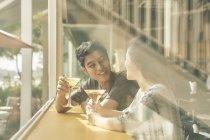 Junge asiatische paar beim Datum im café — Stockfoto