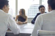 Junge asiatische Geschäftsleute, die in modernen Büros arbeiten — Stockfoto