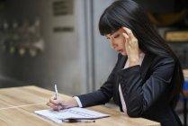 Giovane attraente asiatico businesswoman lavoro in caffè — Foto stock