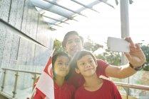 Joyeuse famille célébrant singapores fête nationale — Photo de stock