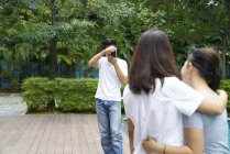 Photographer taking photos of two models at a resort — Stock Photo