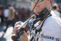 Junge asiatische Musiker männlich mit Geige Nahaufnahme — Stockfoto
