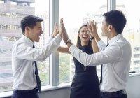 Giovani imprenditori asiatici che lavorano insieme in ufficio — Foto stock