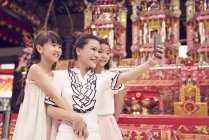 Feliz asiático família tomando selfie juntos no tradicional cingapuriano santuário — Fotografia de Stock