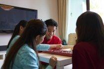 Азиатская семья празднует Хари Райя вместе дома — стоковое фото