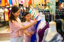Compras em família no distrito comercial indiano — Fotografia de Stock