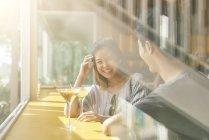 Giovane coppia asiatica avendo data in caffè con bevanda — Foto stock