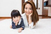 Maman et fille profiter de leur temps ensemble . — Photo de stock