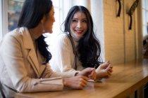 Два красивих азіатських жінок разом в кафе — стокове фото