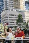 Молоді жінки друзі азіатських разом набуває selfie місто вулиці — стокове фото