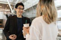 Couple asiatique affaires réussi ensemble à l'aéroport — Photo de stock