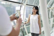 Feliz jovem asiático casal tomando foto juntos — Fotografia de Stock