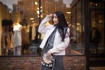 Jovem asiático senhora janela compras ao redor chelsea mercado . — Fotografia de Stock