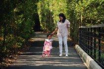 Junge asiatische Mutter mit süß kleine Tochter in Park — Stockfoto