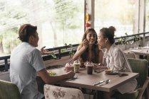 Gruppe junger asiatischer Freunde zusammen in Restaurant — Stockfoto