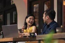 Feliz casal jovem asiático juntos no café — Fotografia de Stock
