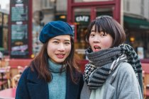 Jeunes filles asiatiques occasionnelles posant en plein air — Photo de stock