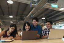 Erfolgreiche junge Geschäftsleute arbeiten in modernen Büros zusammen — Stockfoto