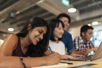 Молодий успішний бізнес людей, що працюють разом в сучасні офісні — стокове фото