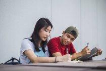 Молодых азиатских колледж студентов вместе — стоковое фото