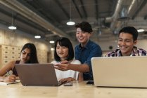 Junge asiatische Geschäftsleute arbeiten in modernen Büros zusammen — Stockfoto