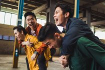 De rock asiatique jeunes posant ensemble pour caméra — Photo de stock
