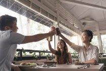 Группа молодых азиатских друзей вместе в ресторане — стоковое фото