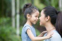 Mignonne asiatique mère et fille, passer du temps ensemble au parc — Photo de stock