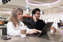 Erfolgreiches Geschäft asiatische Paar zusammen arbeiten mit Laptop im Flughafen — Stockfoto