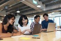 Jovens empresários de sucesso que trabalham em conjunto no escritório moderno — Fotografia de Stock