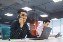 Hombres de negocios exitosos trabajando juntos en una oficina moderna - foto de stock