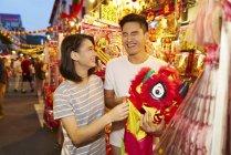Jovem asiático casal passar tempo juntos no tradicional bazar no chinês ano novo — Fotografia de Stock