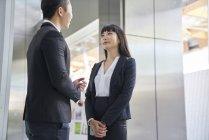 Giovane asiatico successo business coppia di lavoro insieme — Foto stock