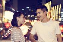 Jeune couple asiatique passer du temps ensemble sur le bazar traditionnel au Nouvel An chinois — Photo de stock