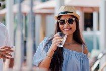 Attrayant jeune asiatique femme ayant boire — Photo de stock