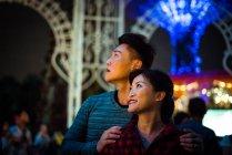 Щаслива пара проводити час разом у парк розваг на Різдво — стокове фото