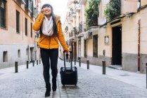 Giovane attraente donna asiatica in viaggio in città — Foto stock