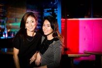 Buona ragazza amici divertirsi in night club — Foto stock
