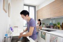 Adulto asiatico coppia insieme su cucina a casa — Foto stock