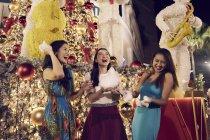 Jeunes jolies femmes asiatiques au magasinage de Noël — Photo de stock