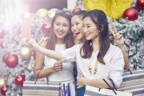 Junge attraktive Asiatinnen beim Weihnachts-shopping nehmen selfie — Stockfoto